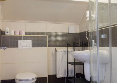 Fürdő a Standard tetőtéri apartmanban - Eger