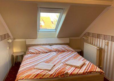 Standard tetőtéri apartman, franciaágyas szoba